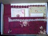 Borduurmap-Gentle-Seamstress-Stitchery-kit-donkerrood
